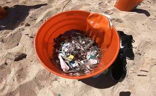 Une vingtaine de bénévoles ont ramassé les déchets plastiques sur la plage de Kahuku, à Hawaï.