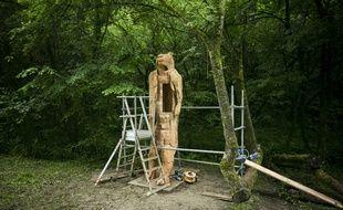 C'est dans cette réplique agrandie de la statue de l'Homme-Lion que l'artiste va vivre durant une semaine.