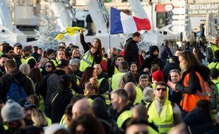 Des «gilets jaunes» manifestent sur le Vieux-Port à Marseille le 1er décembre 2018