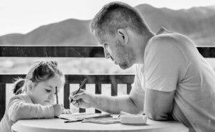 Illustration d'un père faisant les devoirs avec sa fille.