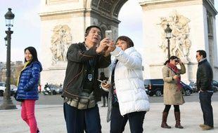 Illustration: des touristes devant l'Arc de Triomphe à Paris.