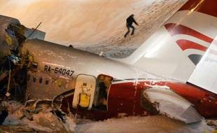 Les spécialistes de la médecine légale ont commencé dimanche à identifier les corps des quatre membres d'équipage tués dans le crash samedi à l'atterrissage d'un avion Tupolev au bord d'une autoroute jouxtant un aéroport de Moscou.
