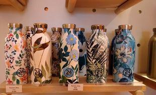 Des gourdes fleuries en inox de la marque italienne 24 Bottles, en rayon dans un magasin Altermundi à Paris 3
