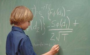 Un garçon de neuf ans résout une équation de mathématiques
