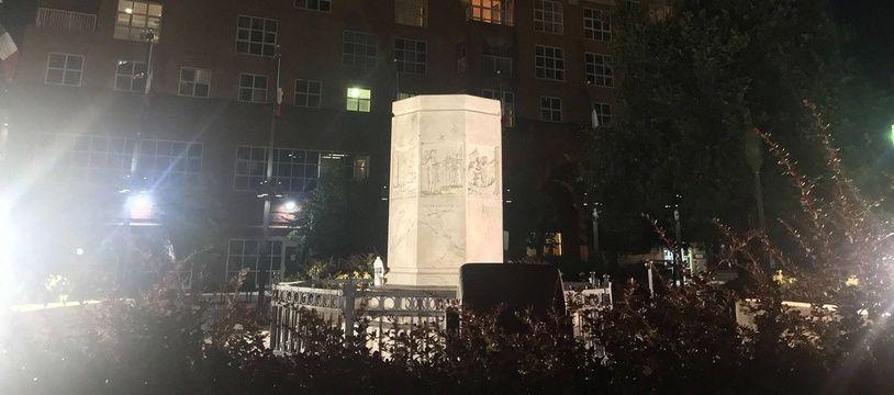 Le piédestal de la statue de Christophe Collomb à Baltimore.