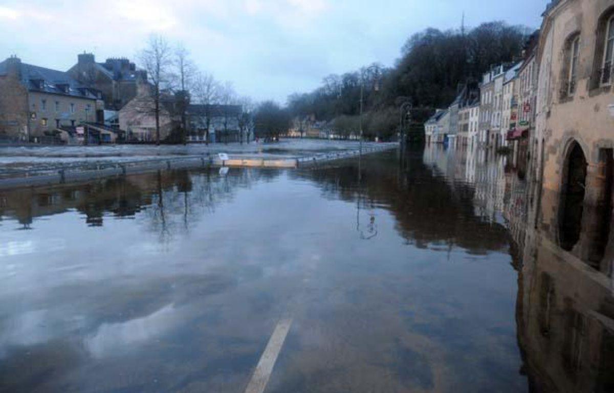 La ville de Quimperlé, dans le Finistère, a subi des inondations. Le 3 janvier 2014. – AFP PHOTO/FRED TANNEAU