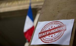Une affiche contre l'état d'urgence placée à l'entrée du Conseil Constitutionnel, le 23 décembre 2015 à Paris