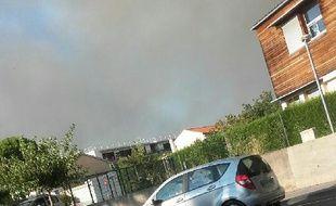 L'épaisse colonne de fumée est visible à des kilomètres à la ronde.