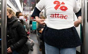 Une militante d'Attac lors d'une action dans le métro parisien, le 10 avril 2021 (illustration).