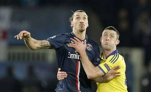 Zlatan Ibrahimovic à la lutte avec Gary Cahill lors de la rencontre entre Chelsea et le PSG le 17 février 2015.