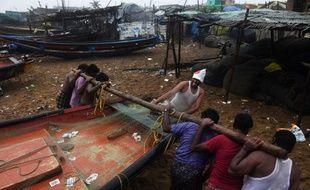 Sur la côte, les pêcheurs protègent leurs embarcations.