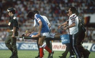 Michel Platini s'inquiète de la santé de son partenaire Patrick Battiston, inconscient après avoir été violemment percuté par le gardien allemand Harald Schumacher, le 8 juillet 1982 à Séville.