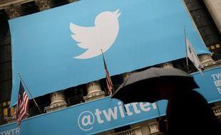 En novembre 2013, le logo de Twitter s'affiche à Wall Street. EMMANUEL DUNAND / AFP