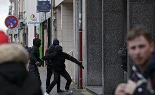 Lille, le 9 janvier 2020. Première manifestation de l'année contre la réforme des régimes de retraites à Lille. ici des vitrines d'une agence immobilière visées par des manifestants cagoulés.