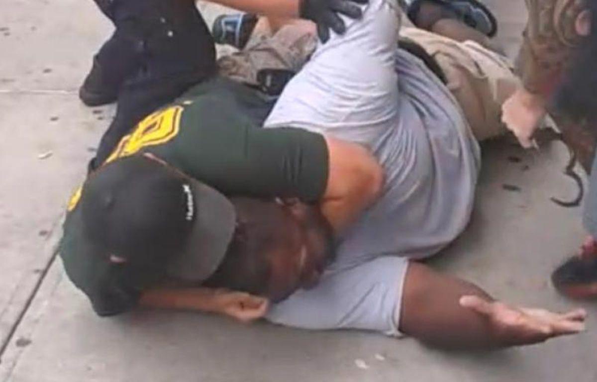 Plaqué au sol, Eric Garner, 43 ans, a été déclaré mort après son transport à l'hôpital. – CAPTURE VIDEO/DR