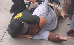 Plaqué au sol, Eric Garner, 43 ans, a été déclaré mort après son transport à l'hôpital.