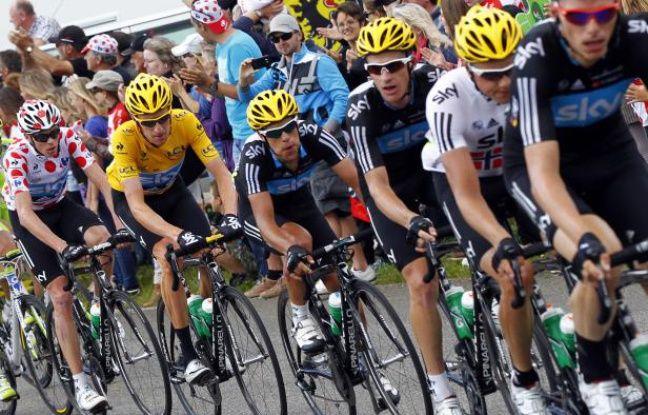 Les coureurs de l'équipe Sky, lors du Tour de France le 8 juillet 2012 sur la route de Porrentruy (Suisse).