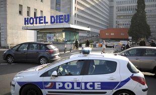 Une voiture de police devant le CHU de Nantes.