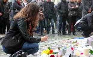 Une femme se recueille en hommage aux victimes des attentats de Paris. Ici à Rennes le 16 novembre 2015.