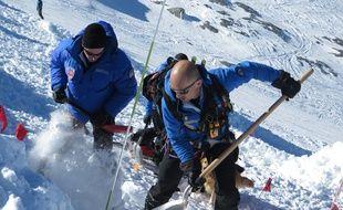 Les professionnels de la montagne se sont entrainés à secouristes des personnes emportées par une avalanche, dans le cadre d'un exercice mené avant l'arrivée massive des skieurs.