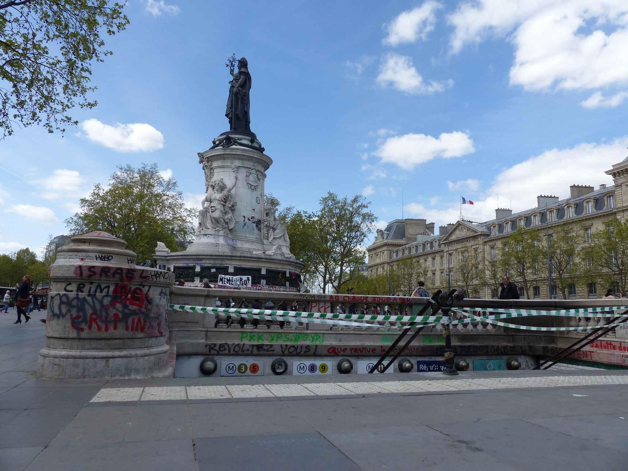 Paris tags bougies fleurs la statue de la place de for Piscine jardin de la republique