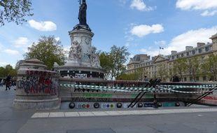 Même si la ville de Paris la nettoie chaque matin, la place de la République porte les stigmates de la vie intense qui l'anime chaque soir depuis un mois.