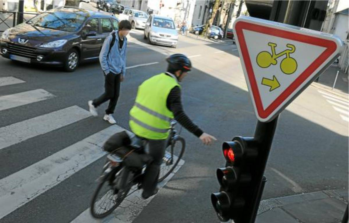 Les cyclistes peuvent tourner à droite et griller les feux rouges signalés par un panneau. –  F. Elsner / 20 Minutes