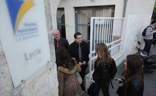 Des élèves du lycée privé Fénelon-Notre-Dame de la Rochelle à la porte de l'établissement le 14 avril 2014