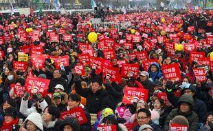 Des dizaines de milliers de Sud-coréens défilent à Séoul le 24 décembre 2016 pour réclamer le départ immédiat de la présidente Park Geun-Hye, en pleine procédure de destitution.