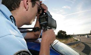Un gendarme effectue des contrôles de  vitesse au radar sur l'autoroute A8, à  proximité du péage de Lançon-de-Provence, le 18 août 2010.