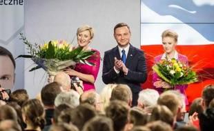 Le candidat conservateur d'opposition Andrzej Duda, en compagnie de sa femme Agata (G) et de leur fille Kinga, le 10 mai 2015 à Varsovie