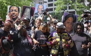 Des habitants de Minneapolis écoutent le verdict au procès de Derek Chauvin, condamné à 22 ans et demi de prison pour le meurtre de George Floyd, le 25 juin 2021.