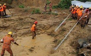 Le bilan des victimes d'une série de glissements de terrain et d'inondations dans le sud-est du Bangladesh au cours des derniers jours a été porté jeudi à 108 morts, a-t-on appris auprès des autorités locales qui ont annoncé la fin des opérations de recherche.
