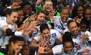 Les Bleues fêtent leur qualification en demi-finale du Mondial en Allemagne.
