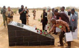 Des proches des victimes du crash de l'avion d'Air Algérie se recueillent devant une stèle à Gossi au Mali le 21 avril 2015