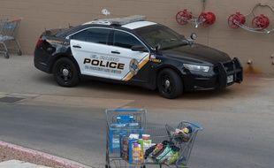 Une voiture de police sur le parking du Walmart d'El Paso, au Texas, le 4 août 2019