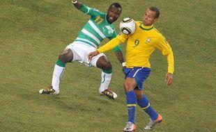 L'attaquant brésilien Luis Fabiano fait parler sa technique devant le latéral gauche ivoirien, Saka Tiéné, dimanche 20 juin lors de Brésil-Côte d'Ivoire à Johannesburg