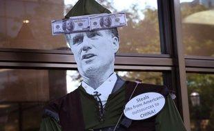 """La Suisse a protesté contre un clip de campagne de Barack Obama qui la décrit comme un paradis fiscal. La vidéo met en scène une belle blonde court-vêtue, baptisée """"Miss Compte Bancaire Suisse"""", qui décrit le candidat républicain Mitt Romney comme un """"patron millionnaire avec des comptes partout"""""""