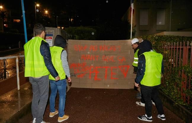 Des «gilets jaunes» ont dressé un «mur de protection» devant le centre des impôts de Cannes de Nice