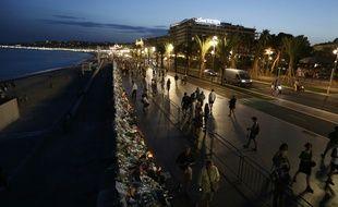 Une vue de la promenade des Anglais bordée de bouquets de fleurs à Nice, le 20 juillet 2016
