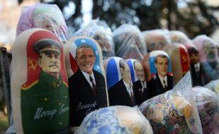 Des matriochkas, poupées traditionnelles en bois, à l'effigie de Staline, Barack Obama, ou François Hollande, en vente sur un marché de Chisinau en Moldavie, le 20 mars 2014