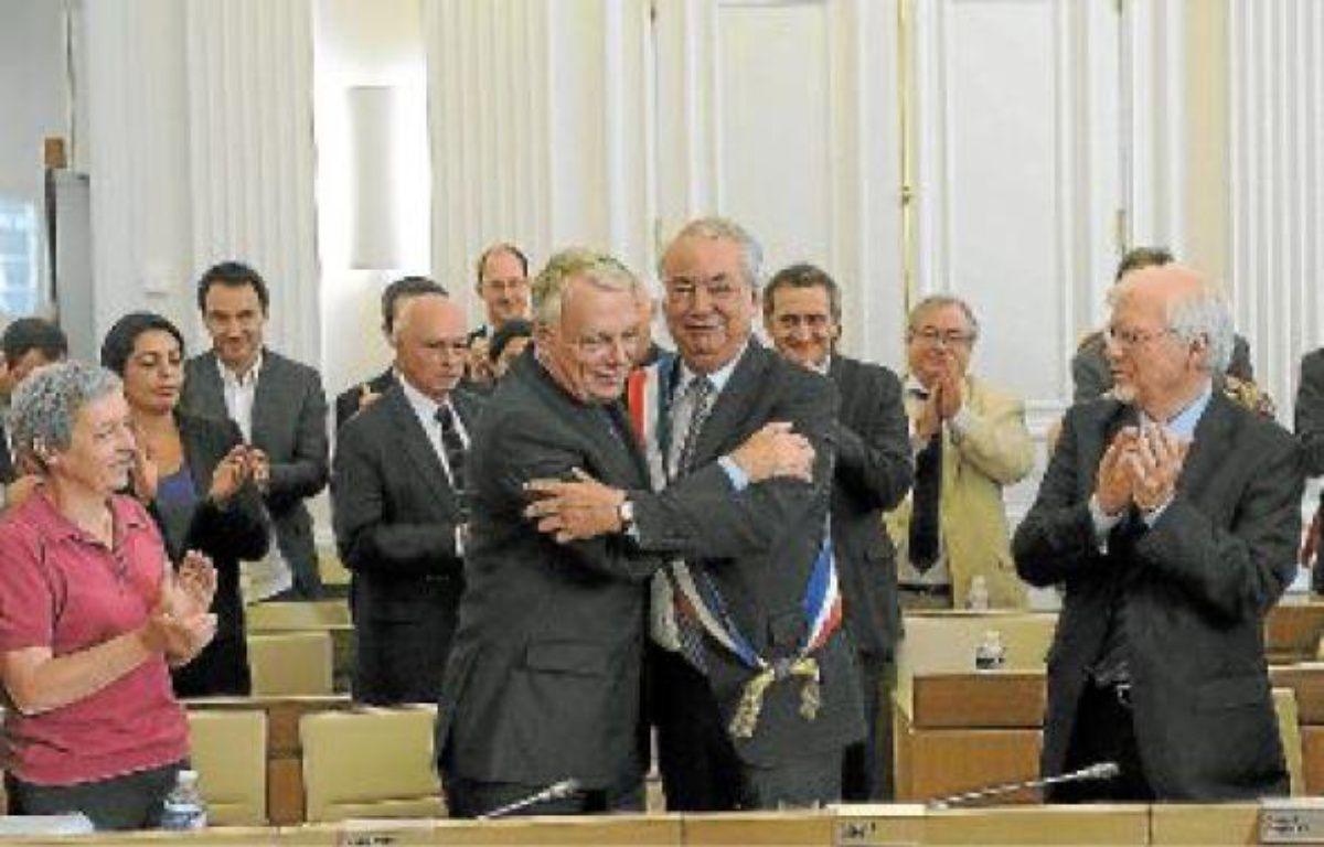 Jean-Marc Ayrault a passé l'écharpe de maire à son ancien premier adjoint, Patrick Rimbert. –  S. SALOM-GOMIS / SIPA