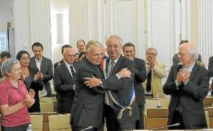 Jean-Marc Ayrault a passé l'écharpe de maire à son ancien premier adjoint, Patrick Rimbert.
