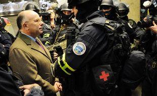 Le ministre de l'Intérieur Bernard Cazeneuve lors d'un exercice du GIGN, du Raid et de la BRI à la Gare Montparnasse, le 19 avril 2016.