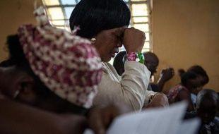 Une femme prie pour les victimes d'Ebola dans une église catholique de Freetown, en Sierra Leone, le 4 octobre 2014