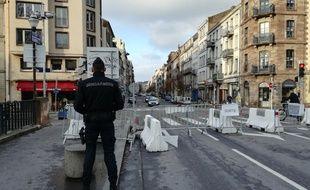 Un gendarme mobile à l'entrée du centre-ville de Strasbourg pour le marché de Noël.