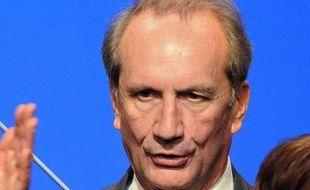 """Gérard Longuet (UMP), qui a suscité une polémique par une interview à l'hebdomadaire Minute, a commis un lapsus vendredi sur RFI, parlant de """"nous, au Front national""""..."""""""