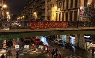 Des habitants de Marseille ont déployé une banderole «Gaudin assassin», a proximité du lieu d'effondrement des trois immeubles.
