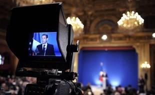 """Nicolas Sarkozy devrait détailler mardi soir à la télévision la feuille de route du nouveau gouvernement de François Fillon et répondre déjà aux critiques, notamment des centristes, qui dénoncent la couleur """"UMP-RPR"""" de son équipe et menacent de faire éclater sa majorité."""