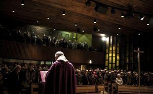 Le père Eric de Nattes célèbre une messe en hommage aux victimes d'abus sexuels, à Sainte-Foy-lès-Lyon, le 7 novembre 2016.